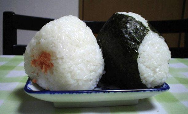 Onigirit ovat suosittuja japanilaisia välipaloja.