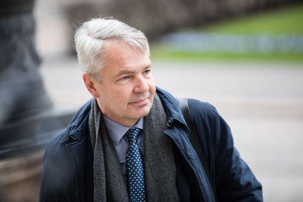 Ulkoministeri Pekka Haavisto muistuttaa, että takapakkiakin saatetaan joutua ottamaan rajoitusten purkamisessa. Kuva Säätytalolta 3. toukokuuta.
