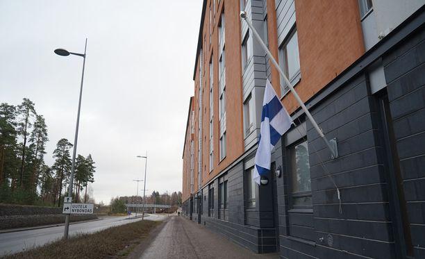Lippu liehui puolisalossa Vuosaaren huoneistopalon uhrien muistolle.