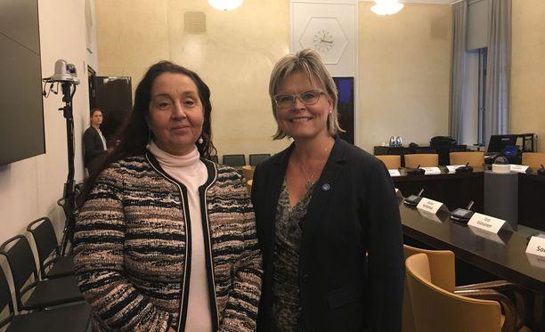 Sari Raassinan ja Sari Tanuksen mukaan eutanasian laillistamisen sijasta pitäisi panostaa laadukkaaseen saattohoitoon.