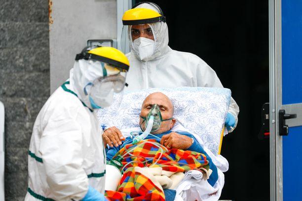 Antonio Cardarellin sairaalaan Italian Napolissa tuodaan hoitoon kriittisesti sairaita koronapotilaita.