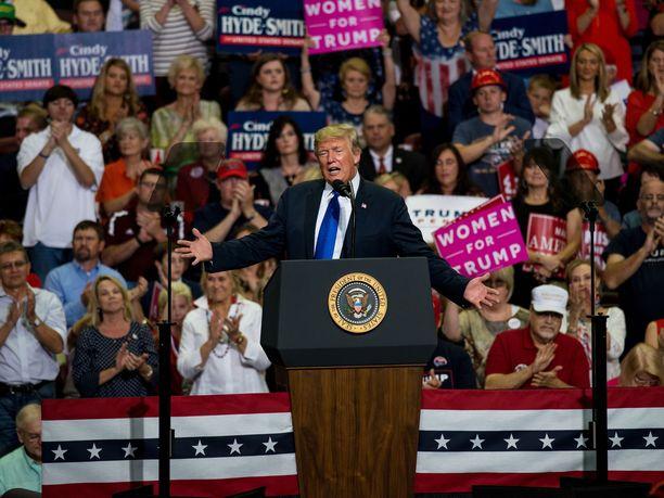 Trump teki seksuaalisesta ahdistelusta puhuneen naisen naurunalaiseksi kampanjatilaisuudessaan Mississippissä.