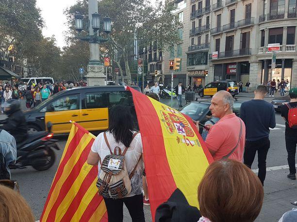 Sunnuntaina Barcelonassa järjestettiin suurmielenosoitus, jossa ihmiset kannattivat Espanjan yhtenäisyyttä. Kuvassa sekä Katalonian että Espanjan liput.