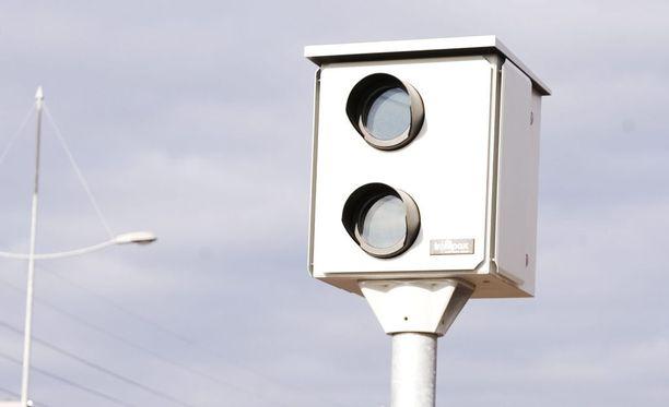 Poliisin Liikenneturvallisuuskeskuksen johtaja, ylikomisario Dennis Pasterstein ei allekirjoita automaattivalvontaa vastustavan koulukunnan väitteitä liikenteen sujumattomuudesta..