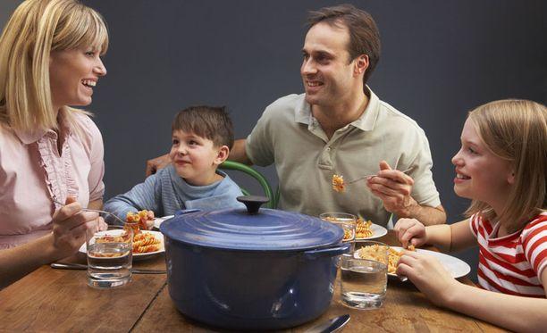 Perheen yhteiset ruokahetket ehkäisevät lasten ylipainoa.