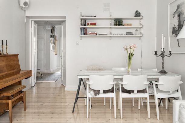 Siron ruokapöydän ympäriltä löytyy Artekin Domus-tuolit. Valkoinen on aina toimiva ratkaisu skandinaaviseen kotiin - etenkin jos kotimaisen designin pariksi yhdistää jotakin roheaa ja vanhaa.