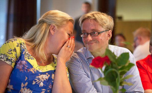 Jutta Urpilainen saapui kokoukseen myöhässä kesken Rinteen puheen. Sen jälkeen hän poseerasi kuvaajille uskollisen tukijansa Mikael Jungnerin kanssa.