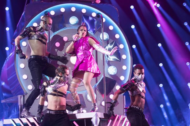 Queens-kappaleessa lavalla nähtiin höyryveturi.