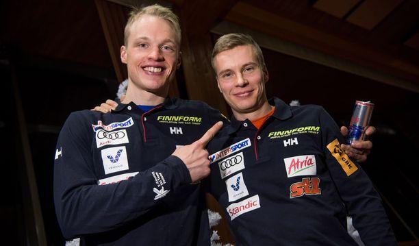 Iivo Niskanen (vas.) ja Matti Heikkinen nokittelevat toisiaan hyvässä hengessä.
