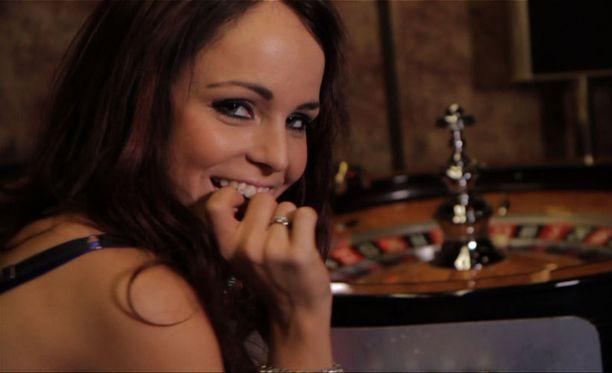 Musiikkivideolla nähdään myös Saana Uimonen.