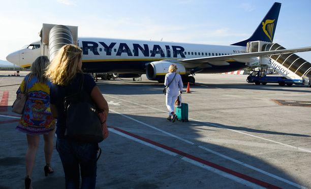 Ryanairin mukaan anniskelulle lentokentillä tulisi asettaa yläraja, esimerkiksi kaksi drinkkiä per matkustaja.