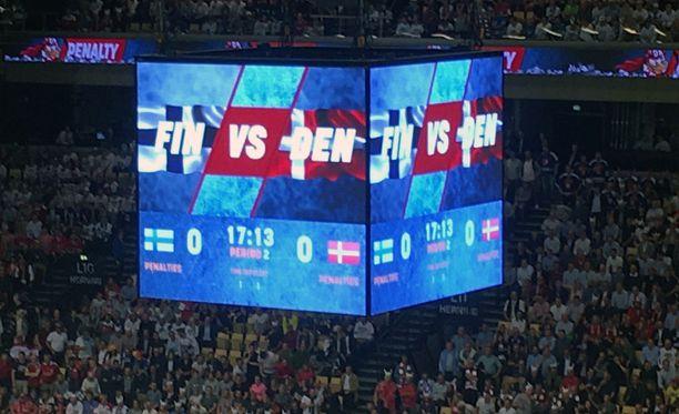 Kansainvälinen jääkiekkoliitto sensuroi Herningin areenan videotaululla näytettävää kuvamateriaalia Suomen ja Tanskan välisen ottelun toisessa erässä.