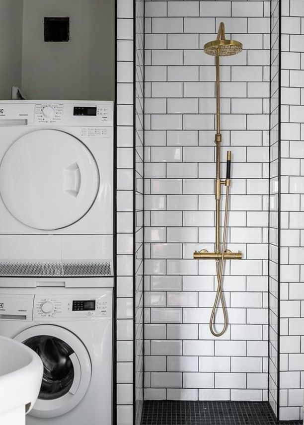 Metrolaattaa on totuttu yleensä näkemään keittiötiloissa mutta toimii se kylpyhuoneessakin. Keittiöstä tuttu tiililadonta ja messinkinen suihku tuovat uutta ilmettä kokonaisuuteen.