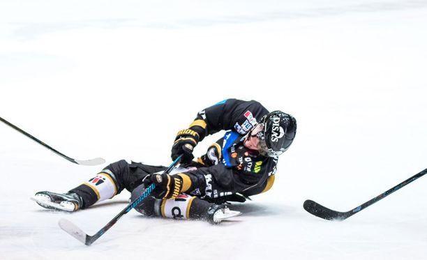 Hyökkääjä putosi jäähän velttona taklauksen voimasta.