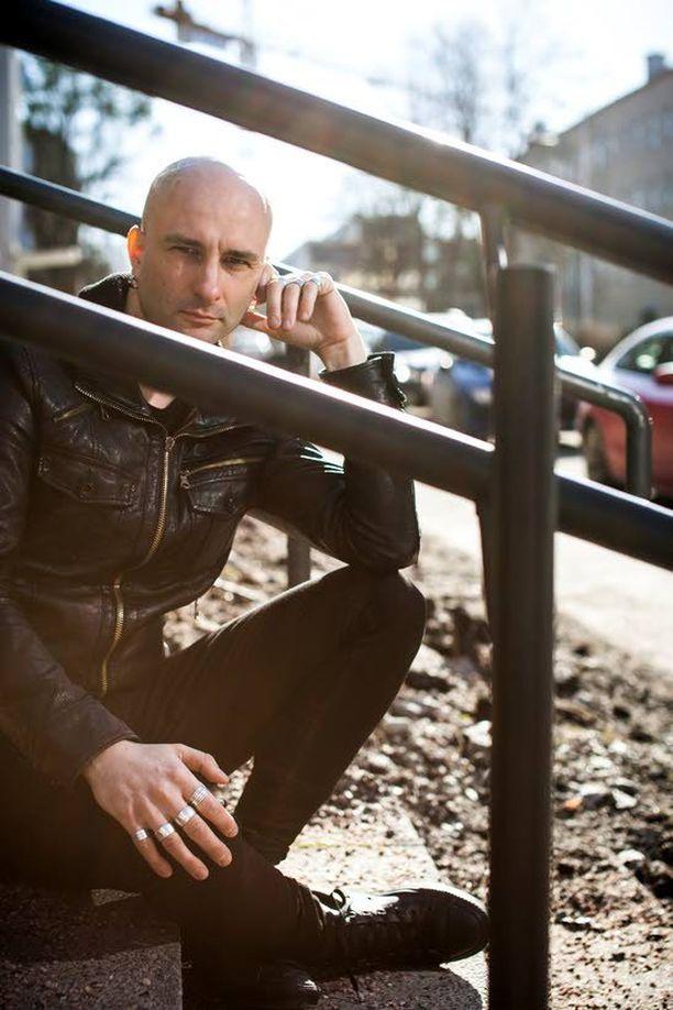 Mustan paraatin uudeksi laulajaksi kiinnitetty Herra Ylppö esiintyy bändin kanssa kesällä Provinssi-rockissa, Ilosaarirockissa ja Flow Festivalilla.