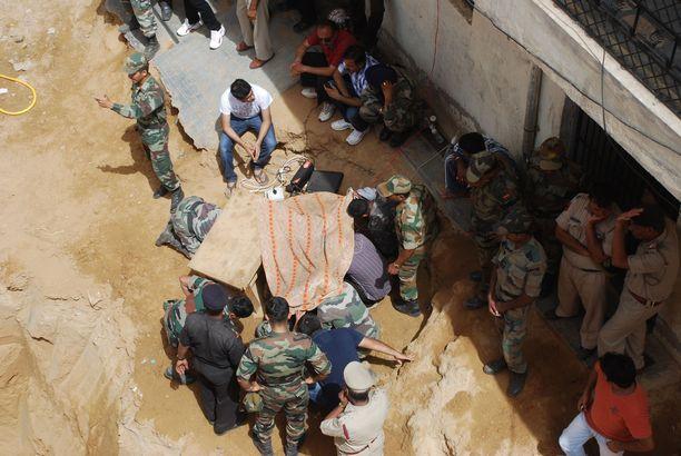 Lapsen putoaminen kaivoon ei ole Intiassa lainkaan tavatonta. Arkistokuvassa pelastusoperaatio kesältä 2012. Tuolloin nelivuotias Mahi-tyttö kuoli Haryanassa pudottuaan porakaivoon.