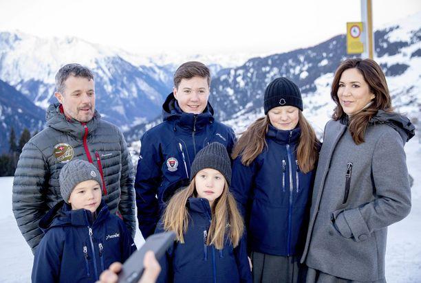 Kruununprinssi lastensa ja puolisonsa kanssa.