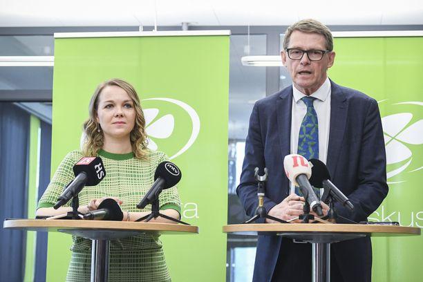 Katri Kulmuni ja Matti Vanhanen keskustan tiedotustilaisuudessa 8. kesäkuuta.