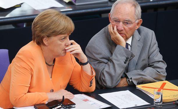 Saksan Angela Merkel haluaa Kreikan pysyvän eurossa kaikin keinoin, Wolfgang Schäublen mukaan Kreikan lainojen maksuaikaa voidaan pidentää.