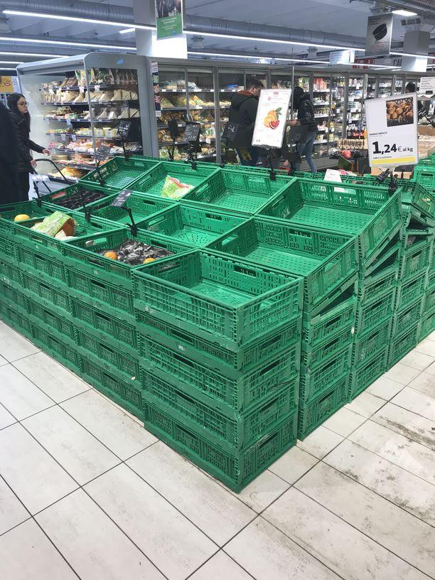 Tuoretuotteet olivat vähissä Bolognan kaupungissa sijaitsevassa ruokakaupassa.