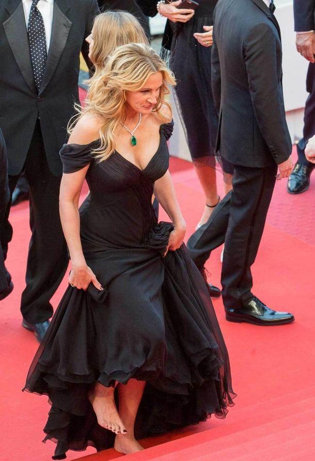 Myös Julia Roberts heitti korot pois elokuvan Money Monster ensi-illassa.