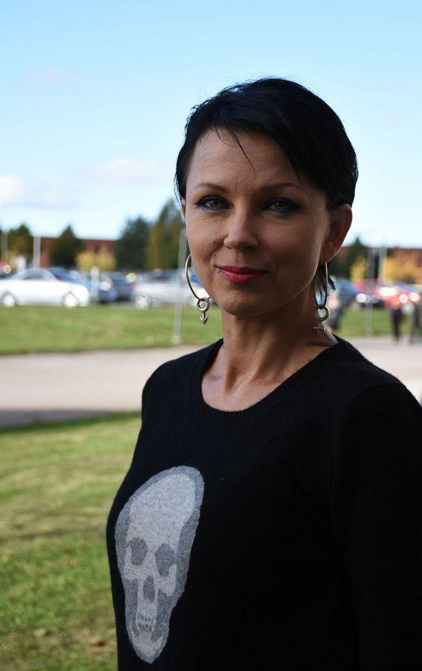 Kirjailija Katariina Souri iloitsee, että ehtii keskittyä hetken aikaa lapseensa ja eläimiinsä, ennen kuin kirjoitustyöt jatkuvat.