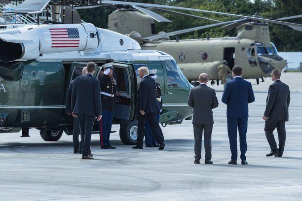 Suojeltavan henkilön lähellä olevien turvamiesten on oltava ulkoisesti rauhallisia, mutta silti jatkuvassa toimintavalmiudessa. Kuvassa Yhdysvaltojen presidentti Donald Trump Hampurin lentokentällä.
