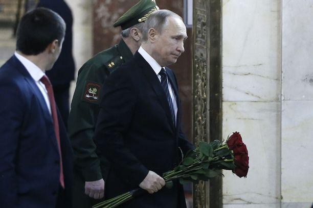 Presidentti Vladimir Putin toi kukkia Andrei Karlovin muistotilaisuuteen ulkoministeriössä Moskovassa.