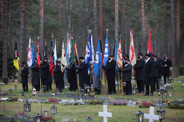Lippujen kantajat olivat etukäteen valmiina saattoväkeä varten.