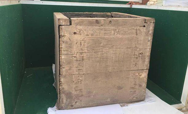 Puisessa hautalaatikossa on kaiverrettuna hieroglyfejä.