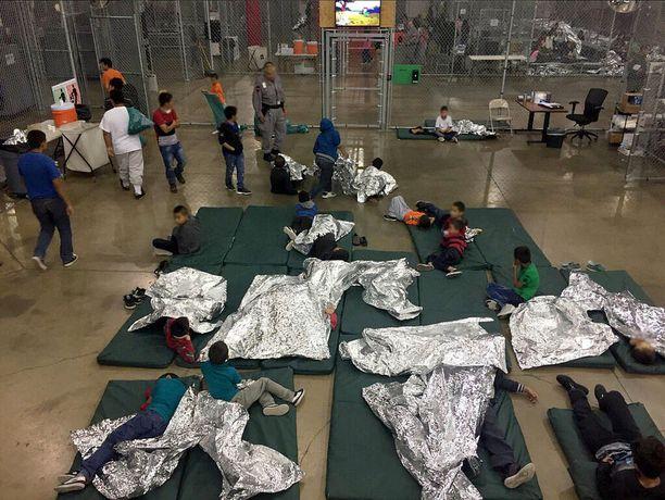 Huostaa otettuja maahanmuuttajalapsia pidätyskeskuksessa Texasin McAllenissa.