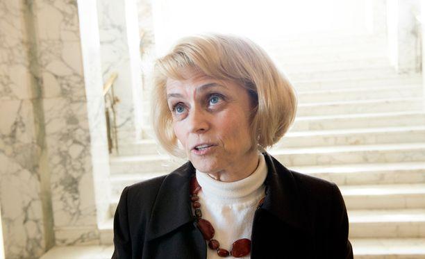 Sisäministeri Päivi Räsänen on ryhtynyt taistelemaan hallituksen koti-hoidontuen puolitusta vastaan.