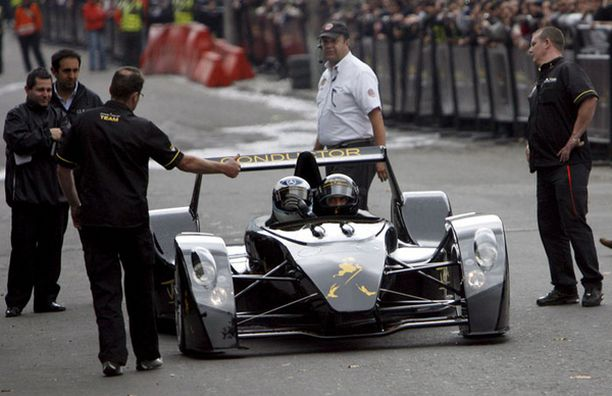 Kolumbiassa Häkkinen tarttui kaksipaikkaisen Caparo T1:n rattiin.