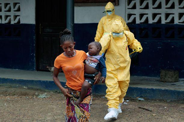 Äitinsä menettänyt ja itsekin mahdollisesti Ebolan saanut Marie Nyan, 26, ja hänen poikansa Nathaniel Edward, 2, lähtivät ambulanssilla klinikalle Liberiassa.