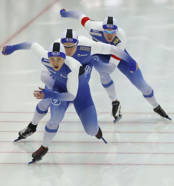 Suomen sprinttijoukkue luisteli hienosti EM-hopeaa. Kuvassa veturina Harri Levo, jota Pekka Koskela ja Mika Poutala peesaavat.