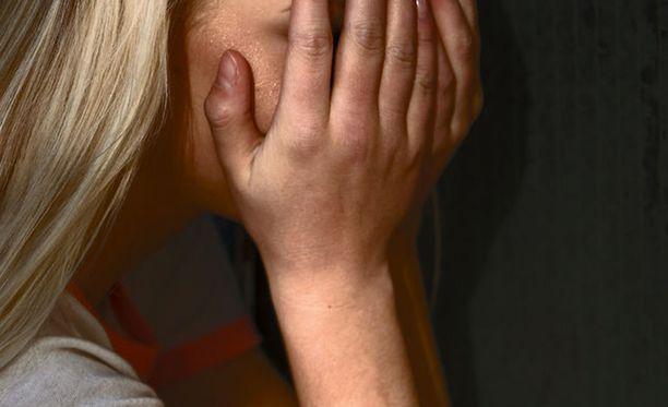 Hovioikeuden mukaan tytön oireilu saattoi johtua myös muusta kuin seksirikoksen uhriksi joutumisesta. Kuvituskuva.