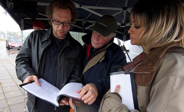 Törhönen ohjaamassa Vares-elokuvansa tähtiä Antti Reiniä ja Lola Odusogaa vuonna 2010.
