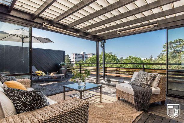 Espoossa sijaitsevassa kodissa on puoliksi lasitettu kattoterassi, josta aukeaa vehreät näkymät.