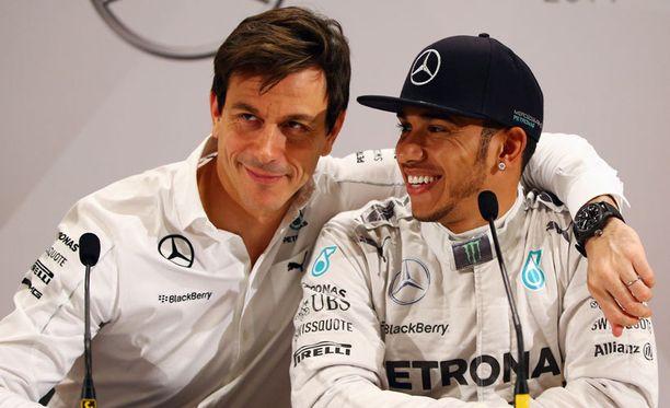 Toto Wolff ja Lewis Hamilton neuvottelevat jatkosopimuksesta.