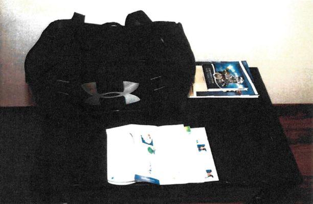 Poliisi takavarikoi sarjakuristajan olohuoneesta löytyneen laukun.