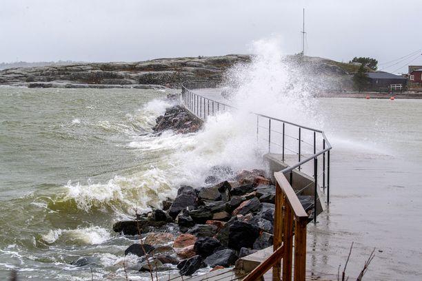 Myrskyn odotetaan iskevän keskiviikkona illansuussa koko eteläiseen Suomeen. Kovan tuulen odotetaan jatkuvan torstaipäivään asti.
