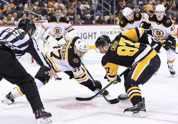 Patrice Bergeron ja Sidney Crosby taistelevat aloituksesta.
