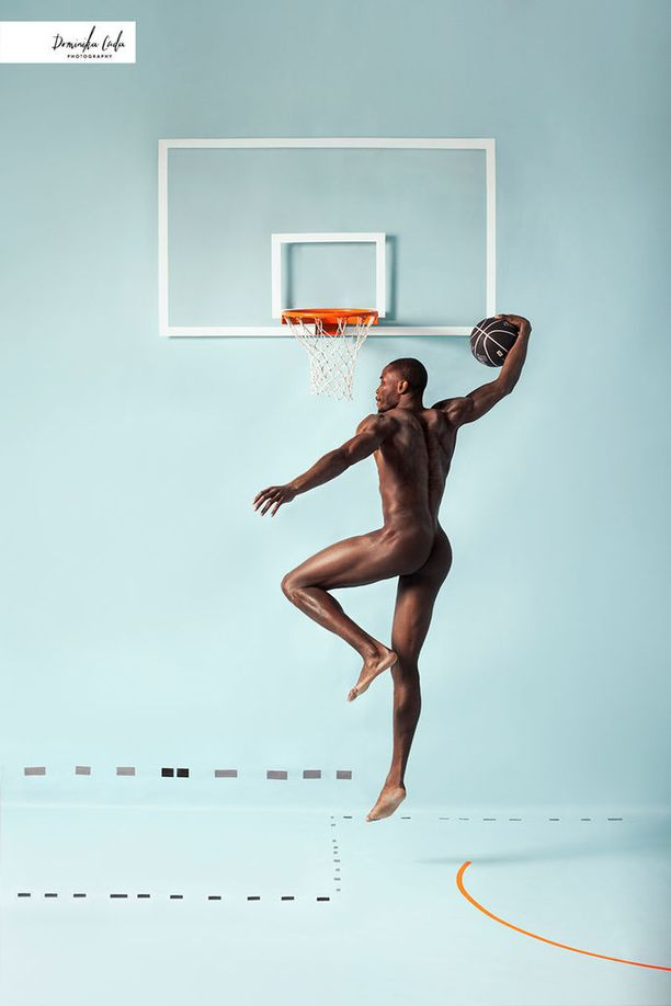 Yhdysvaltalaiskoripalloilija Jeremiah Wilson donkkaamassa. Wilson pelaa Italiassa Imolan paidassa.