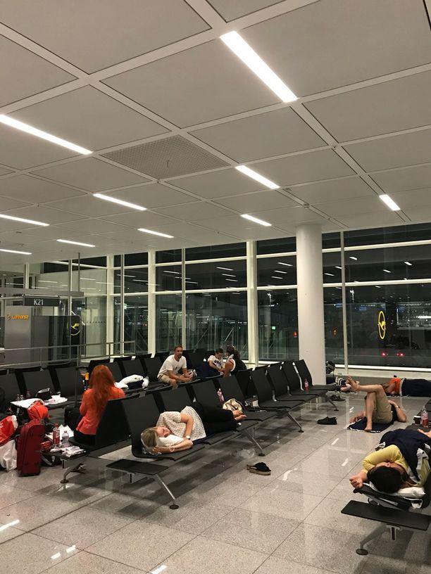 Suomalaisseurue viettää yönsä terminaalin penkeillä. Paluulennosta ei ole vielä varmaa tietoa.