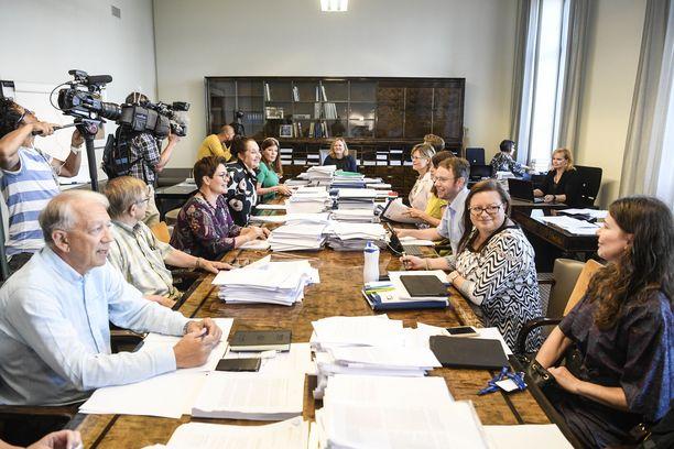 Keskustan Pekka Puska (edessä vasemmalla) joutui nöyrtymään sairaalakiistassa. Eduskunnan sosiaali- ja terveysvaliokunta jatkaa sote-painia tiistaina.