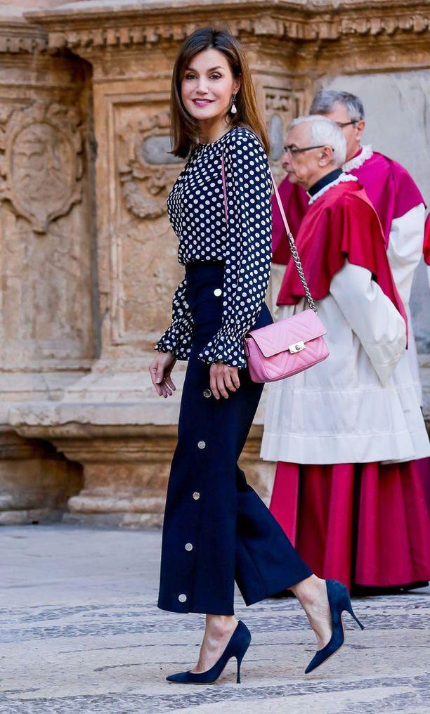 Kuningatar Letiziaa syytetään kirkossa syntyneestä tilanteesta.