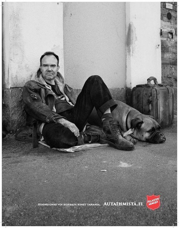 Peter Vesterbacka poseeraa kuvassaan koiran ja matkalaukun kanssa.