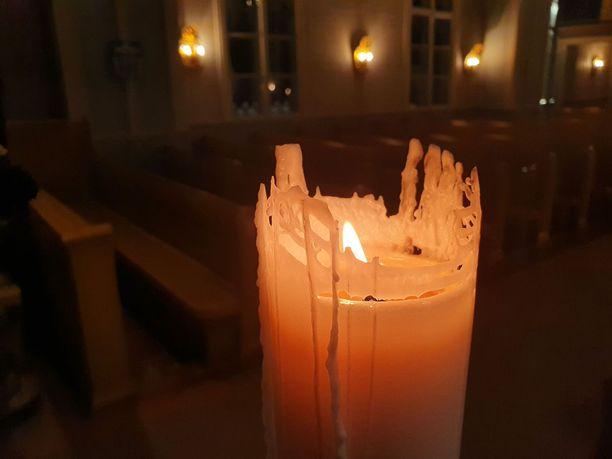 Muhoksen kirkossa poltettiin maanantaina kynttilää poisnukkuneiden muistolle.