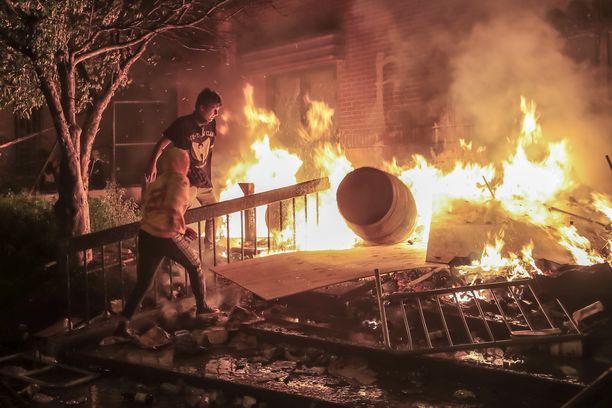 Mielenosoittajat sytyttivät poliisiaseman palamaan Minneapolisissa torstaina.