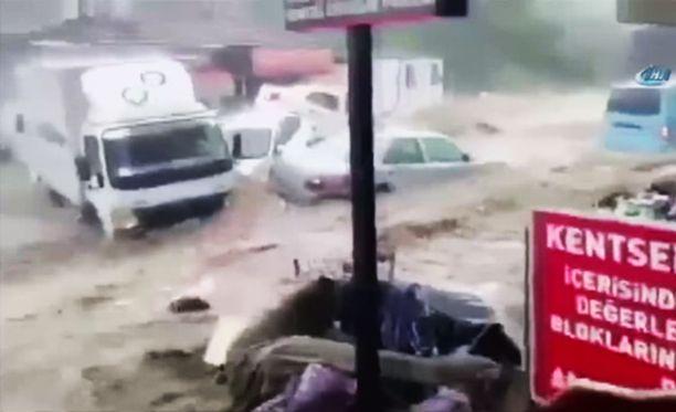 Syöksytulva nousi hetkessä ja pyyhki autot mukanaan.